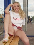 Blond amatorka na przystanku