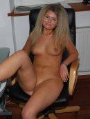 Gorąca blondyna zrzuca ciuszki