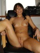 Seksowna brunetka zrzuca ciuszki