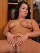 Gorąca brunetka z jędrnym cyckiem