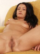 Seksowna brunetka na kanapie