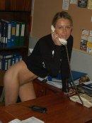 Naga dupeczka w warsztatowym biurze