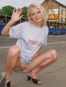 Amatorka pokazuje cipkę na ulicy