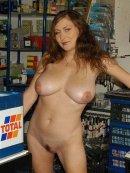 Goła cycatka w sklepie