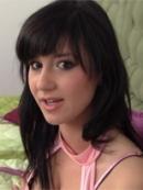 Młoda brunetka z wibratorem