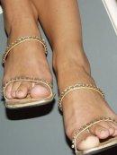 Brunetka prezentuje seksowne nogi i buty