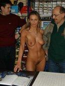 Niezwykła hostessa w sklepie