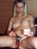 Blondi zabawia się jogurtem