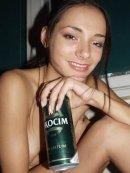 Młoda brunetka reklamuje piwo