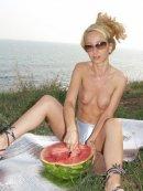 Rozrywkowa blondyna na pikniku
